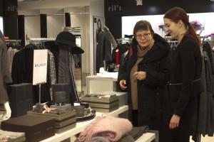 Pukumiehen myyjä Kati Kulojärvi (oik.) esittelee Anja Raatikaiselle joululahjalahjaideoita.