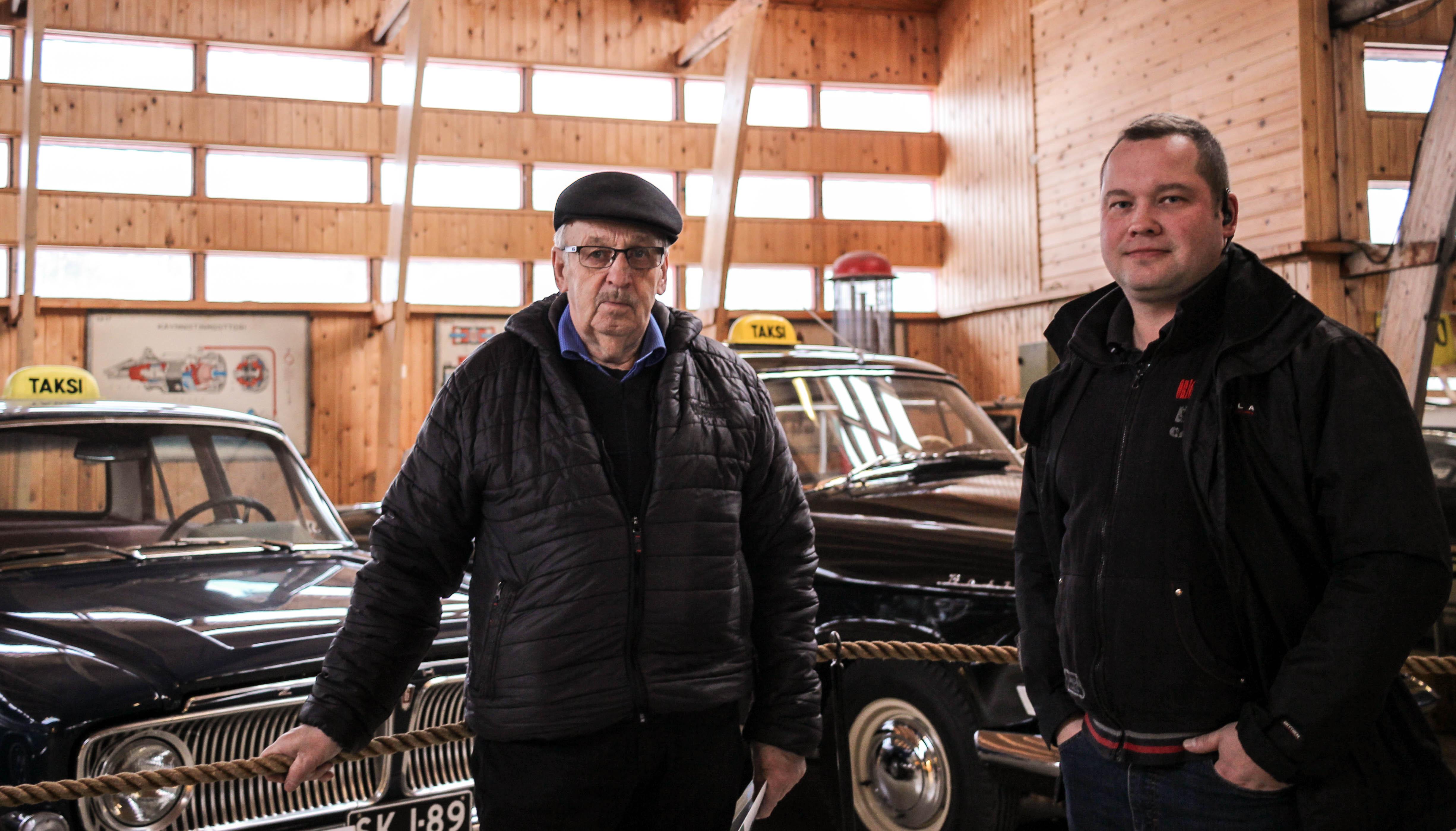 Pekka Hemmilä ja Aki Tegelberg muistelivat Amerikasta tuotujen taksiautojen historiaa. Kuva: Joonas Leinonen