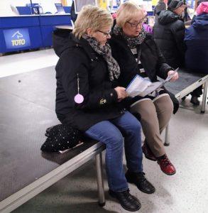 Salme Ojala ja Maritta Laine naureskelevat, onko heistä tullut jo mijonäärejä. (Kuva: Pirtta Nätynki)