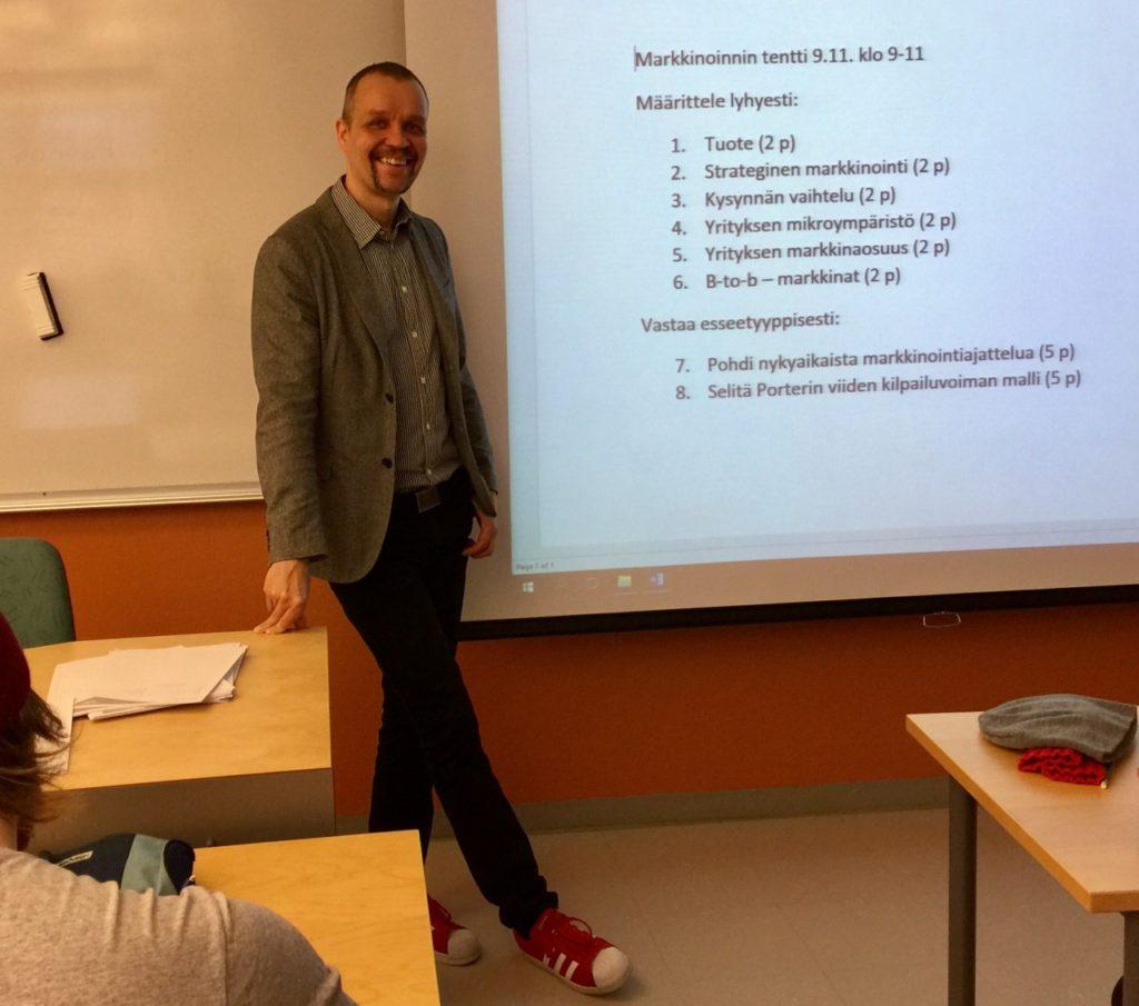 Yliopettaja Jaakko Sinisalo suosii lempeitä kurinpalautuskeinoja.