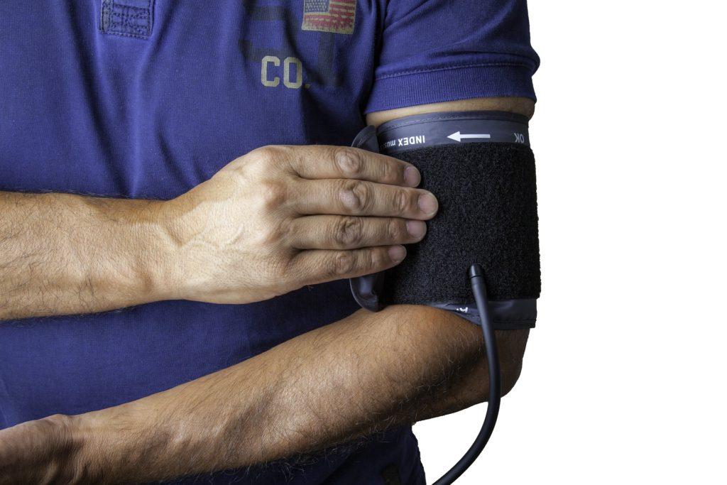 Hyvinvointipisteessä voi vaikka mittauttaa verenpaineen. Kuva: Pixabay/Geraldoswald62