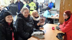 Marjo Pihkakoski oli tullut yhdessä maaseutuyrittäjäopiskelijoiden kanssa raveihin, kuvassa: Oona Müller, Riina Harju ja Johanna Kortesalmi. Kuva: Piritta Nätynki