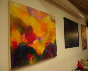 Katutasolla esillä olevissa teoksissa pääroolissa ovat värit ja häilyvät muodot. Kuva: Antti Tauriainen