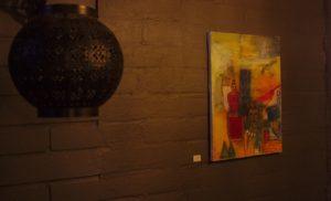 Kellarikerroksen hämärämpi valaistus antaa maalauksille entistä enemmän lämpöä. Kuva: Antti Tauriainen