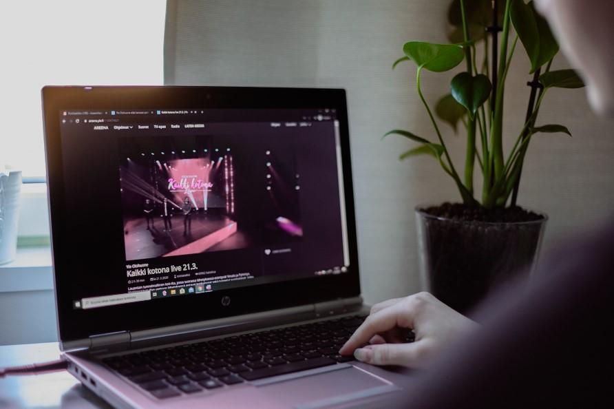 Kuva, joka sisältää kohteen sisä, kannettava, istuminen, tietokone  Kuvaus luotu automaattisesti