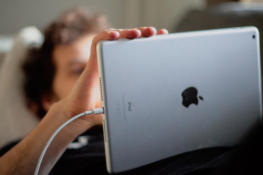 Kuva, joka sisältää kohteen sisä, kannettava, tietokone, henkilö  Kuvaus luotu automaattisesti